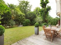 SPACIOUS APARTMENT BENEFITING FROM A LOVELY GARDEN