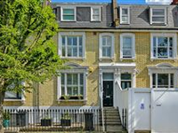 GORGEOUS WELL PRESENTED FAMILY HOUSE ON ATTRACTIVE TREE LINED ROAD