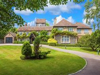 ELEGANT PERIOD HOME WITH EXTENSIVE GARDENS OVERLOOKING THE THAMES