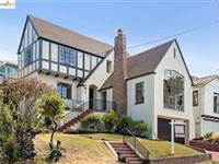 STUNNING ARCHITECTURAL DETAILS AND A CLASSIC FLOOR PLAN