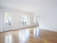 LIGHT-FILLED SPACIOUS APARTMENT IDEALLY LOCATED