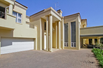 LUXURIOUS COMFORT - BOLD ARCHITECTURE - PERFECT LOCATION