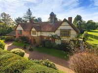 A BEAUTIFUL AND IMPRESSIVE MANOR HOUSE WITH GREAT PRESENCE