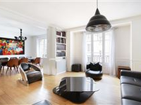 CHIC AND SPACIOUS APARTMENT IN A PERIOD BUILDING WITH BEAUTIFUL COMMON AREAS