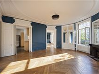 BEAUTIFULLY DETAILED SPACIOUS APARTMENT IDEALLY LOCATED