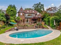 LOVELY DETACHED FAMILY HOME WITH SPARKLING POOL