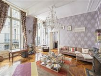 FIRST FLOOR APARTMENT IN AN 18TH CENTURY BUILDING