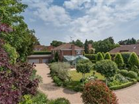 PRIVATE YET ACCESSIBLE LANGSIDE HOUSE WITH LUSH, MANICURED GARDENS